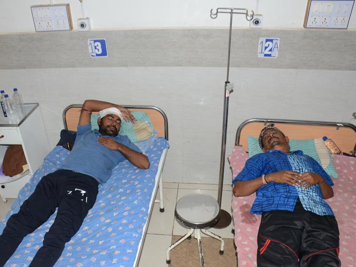 વડોસણ ગામના ઈજાગ્રસ્તોને સારવાર અર્થે દવાખાને ખસેડાયા હતા. - Divya Bhaskar