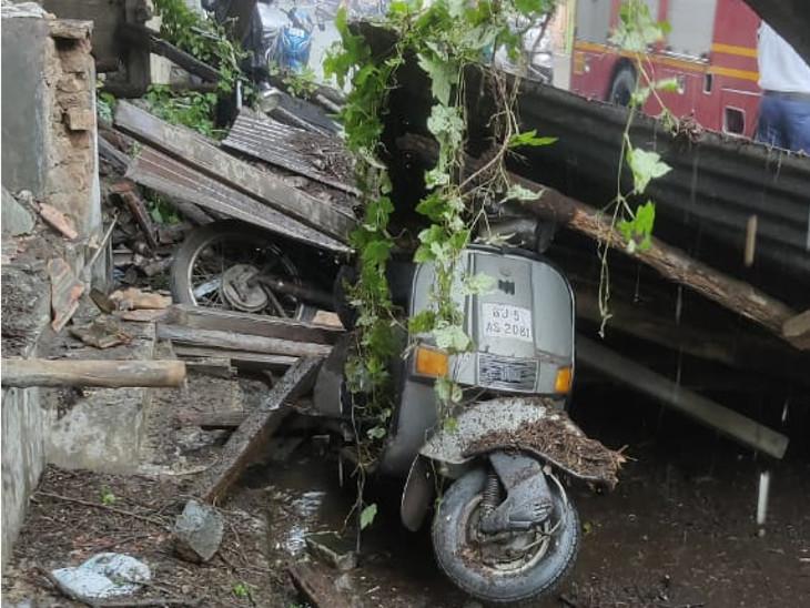 જૂના મકાનના પતરા સહિતનો સામાન તૂટીને બાઈક પર તૂટી પડ્યાં હતાં. - Divya Bhaskar