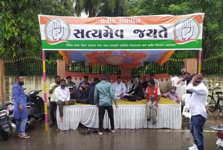 છાવણી ઉભી કરી પ્રતિક ઉપવાસ પર બેસેલ કોંગી નગરસેવક - Divya Bhaskar