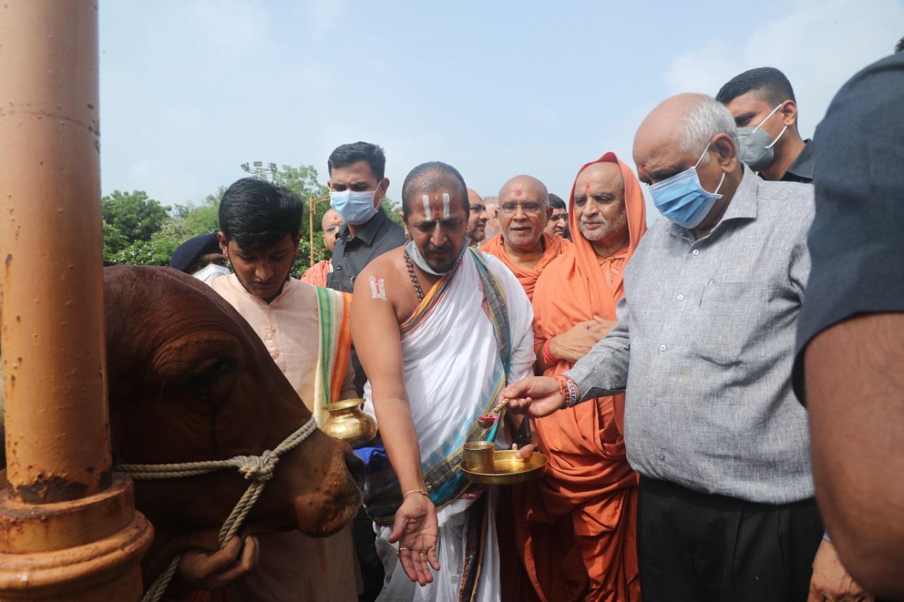 ગાય માતાનું પૂજન કરતા ભૂપેન્દ્ર પટેલ - Divya Bhaskar