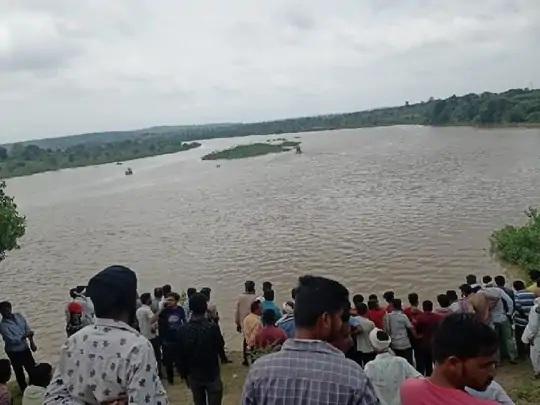અમરાવતીમાં વર્ધા નદીમાં બોટ પલટી જતાં 11 લોકો ડૂબ્યા.