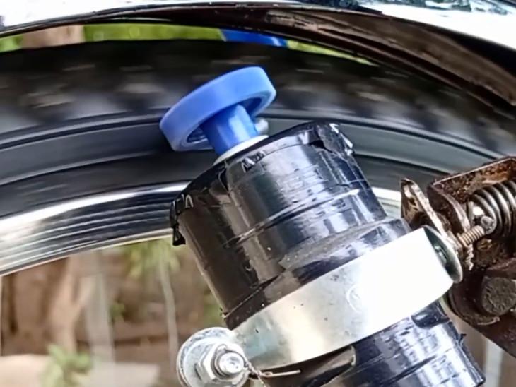 રાત્રે સાઇકલ ચલાવતી વખતે ટાયર સાથે જોડાયેલો ડાઇનેમો બેટરીને ચાર્જ કરે છે
