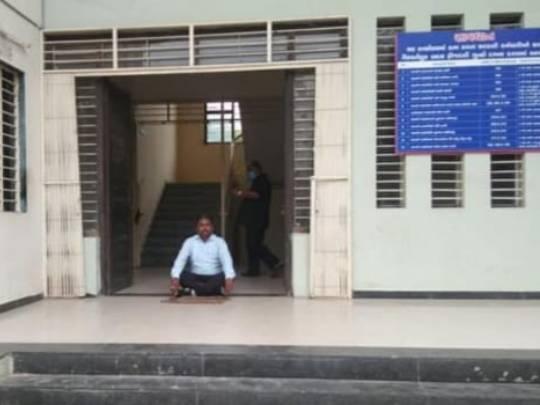 ભાજપના નેતા કોર્પોરેશનની ઓફિસમાં જ ધરણાં પર બેઠા - Divya Bhaskar