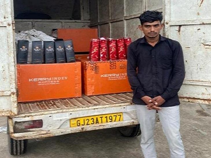 અસલાલીમાં મોંઘા વિદેશી દારૂની ડિલિવરી કરવા જતા બૂટલેગરની ધરપકડ, 3 લાખનો મુદ્દામાલ જપ્ત કરાયો|અમદાવાદ,Ahmedabad - Divya Bhaskar
