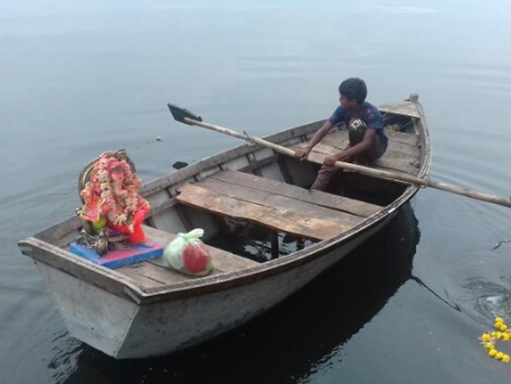 આણંદ-વિદ્યાનગરના પરિવારો દ્વારા બાકરોલ તળવામાં ગણેશનું વિસર્જન - Divya Bhaskar
