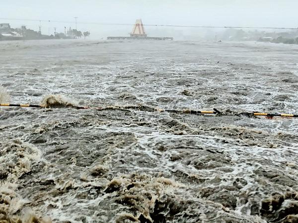 સામાન્ય રીતે દર શ્રાવણ મહિને આજી નદીમાં એકાદ વખત પૂર આવે અને રામનાથદાદાને કુદરતનો જળાભિષેક થઇ જતો હોય છે, આ વખતે એકપણ વખત પૂર આવ્યું નહોતું, પરંતુ સોમવારે આજી નદી જાણે દરિયો બન્યો હતો અને રાજી થઈને રામનાથ દાદાના પગ પખાળ્યા હતા. આજીમાં આવેલું પૂર જોવા માટે હજારો લોકો બન્ને કાંઠા પર ઊમટી પડ્યા હતા. મોડી સાંજ સુધી આ નજારો જોવા મળ્યો હતો. - Divya Bhaskar