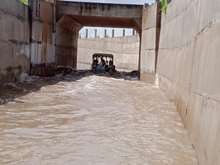 ડભોઇમાં રેલવેના નવીનીકરણને લઇ બનાવવામાં આવેલા ગરનાળાઓમાં પાણી ભરાઈ જતાં ગામડાં સંપર્ક વિહોણા બન્યા હતા. - Divya Bhaskar