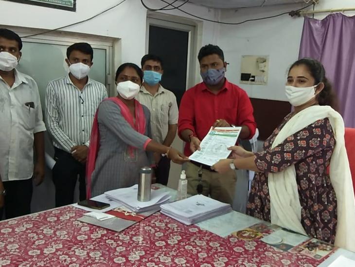 ડભોઇના 50 ઉપરાંત તલાટીઓ ભેગા થઇ ટીડીઓેને આવેદનપત્ર આપી આંદોલનમાં જોડાયા હતા. - Divya Bhaskar
