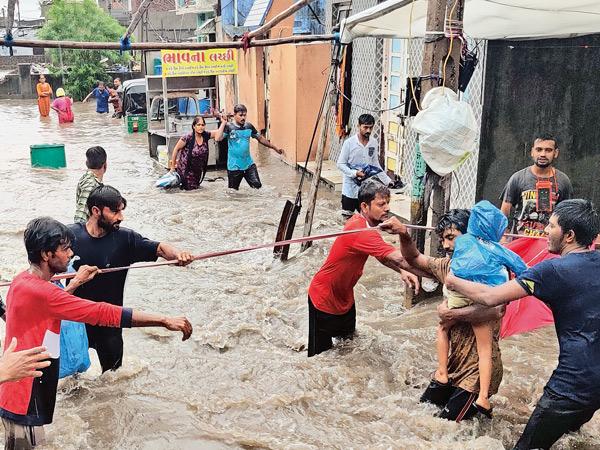રાજકોટમાં બપોરે 12 થી 1 વચ્ચે દર 15 મિનિટે 1 ઈંચ વરસાદ 1115ને સલામત સ્થળે ખસેડાયા : 334 ને ડૂબતા બચાવાયા|રાજકોટ,Rajkot - Divya Bhaskar