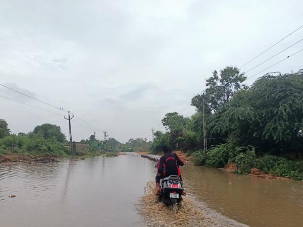 મુખ્ય રસ્તા પર પાણી ભરાતાં વાહનચાલકો સહિત રાહદારીઓ પરેશાન. - Divya Bhaskar