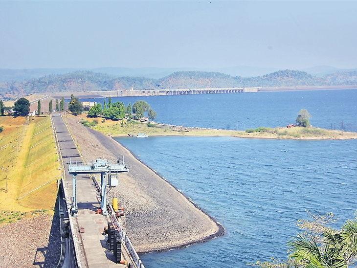 ઉકાઈ ડેમની સપાટીનું રૂલ લેવલ જાળવી રાખવા પાણી છોડવામાં આવી રહ્યું છે.(ફાઈલ તસવીર) - Divya Bhaskar