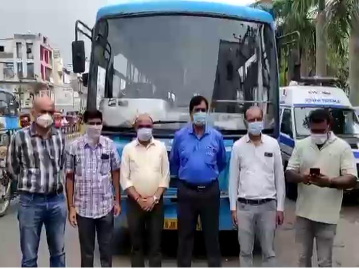 રાજકોટ મનપાના ડેપ્યુટી કમિશનર એ.કે. સિંહની રાહબરી હેઠળ 200 સફાઈ કર્મચારીઓને જામનગર મોકલવામાં આવ્યા - Divya Bhaskar