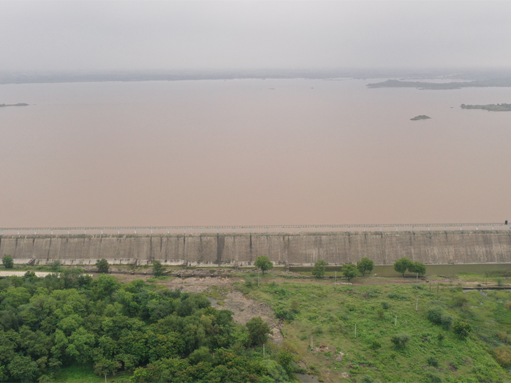 ગામોમાં હાઇ એલર્ટ, નર્મદા ડેમની સપાટી 22 મીટર વધી; સતત ત્રીજા દિવસે સૌરાષ્ટ્રમાં 4થી 8 ઇંચ સુધી વરસાદ અમદાવાદ,Ahmedabad - Divya Bhaskar