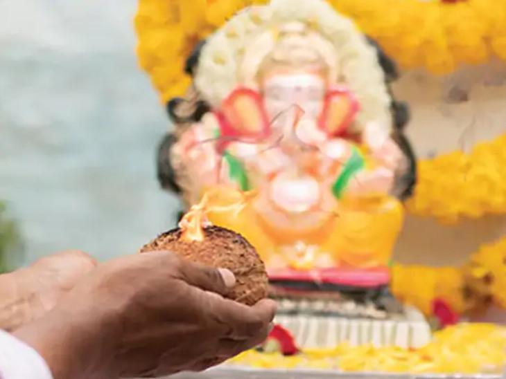 ગણેશજીની આરતી કેવી હોવી જોઈએ, કેટલી વાર અને કઈ દિશામાં આરતી ઉતારવી જોઈએ|ધર્મ,Dharm - Divya Bhaskar