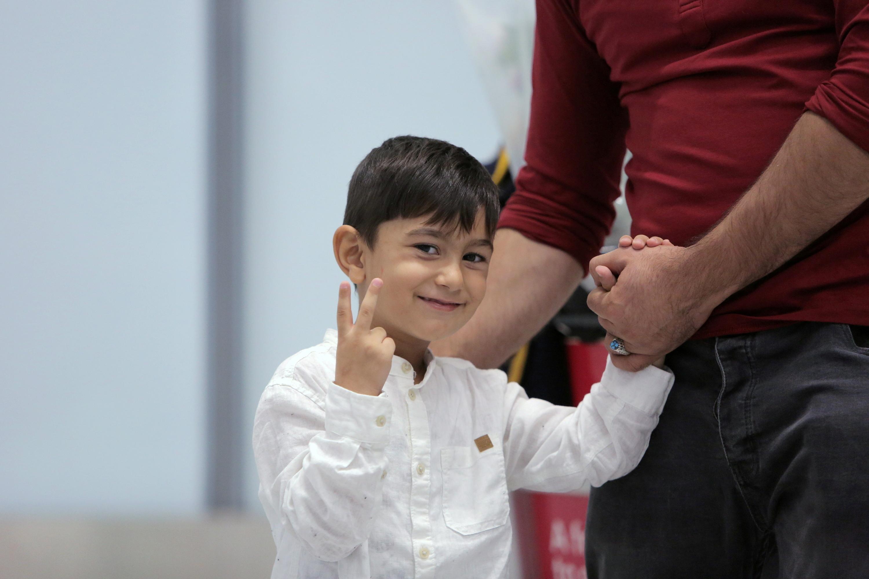 એરપોર્ટ પર વિક્ટ્રી સાઈન દેખાડતા અલીએ તેના પિતાનો હાથ એવી રીતે પકડ્યો છે જે જણાવે છે કે હવે તેઓ કદી છૂટા નહીં પડે.