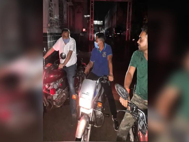 જામનગરમાં ભારે વરસાદ બાદ નિસિપલ કમિશ્નર વિજય ખરાડી જાતે બાઇક લઇ રાત્રે શહેરમાં નીકળ્યા હતા