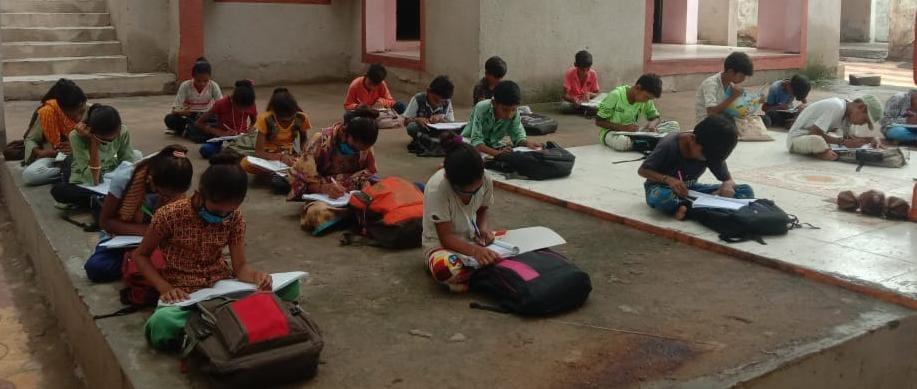 હળવદના કેદારીયા ગામે વીજતંત્રની બેદરકારીના લીધે બાળકો ભર ચોમાસે ખુલ્લા આકાશ નીચે ભણવા મજબૂર બન્યા - Divya Bhaskar