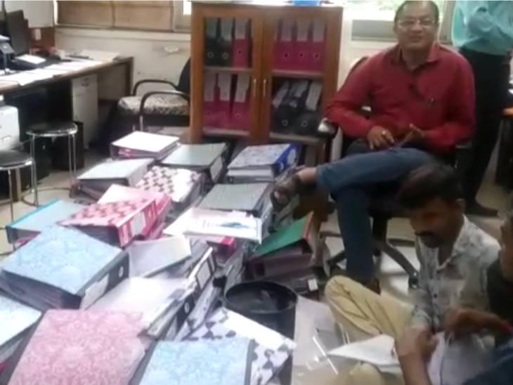 જૂના મંત્રીઓ બંગલા અને ઓફિસોમાંથી બિસ્તરાપોટલાં ભરીને રવાના,અંગત મદદનીશ અને સચિવને પણ રવાના કરી દેવાયા અમદાવાદ,Ahmedabad - Divya Bhaskar