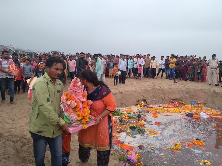 તંત્ર દ્વારા ગણેશ વિસર્જન માટે 4 સ્થળ પર વ્યવસ્થા કરવામાં આવી જ્યાં આજ રોજ શહેરીજનોએ ગણેશજીની પ્રતિમાનું આસ્થા સાથે વિસર્જન કર્યું હતું. - Divya Bhaskar