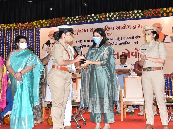 કોરોનાકાળમાં ઉમદા કામગીરી બદલ 42 મહિલાઓનું સન્માન થયું. - Divya Bhaskar