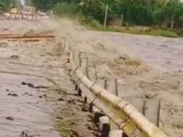 પાણીની થપાટો ઝીલી રસ્તાએ શરણાગતિ સ્વીકારી. - Divya Bhaskar