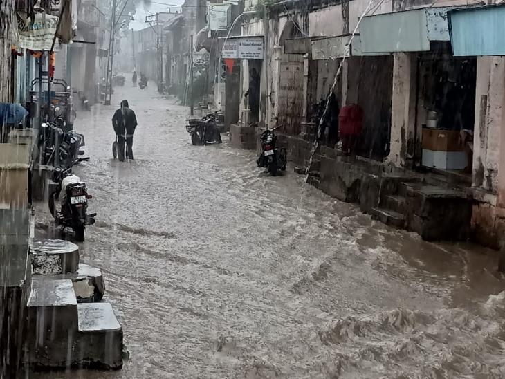 લીલિયામાં બે ઇંચ વરસાદથી બજારોમાં ગોઠણડૂબ પાણી - Divya Bhaskar