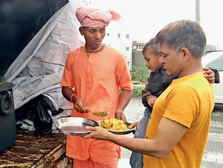 ઇસ્કોન મંદિર, રામકૃષ્ણ આશ્રમે પૂરગ્રસ્ત લોકોને ફૂડ પેકેટ આપ્યા|રાજકોટ,Rajkot - Divya Bhaskar