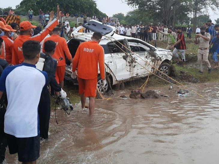 છાપરા ગામ નજીક ઉદ્યોગપતિ કિશન શાહ કાર સાથે તણાયા હતા. NDRFની ટીમે કાર શોધીને બહાર કાઢી હતી. કારમાંથી કિશન શાહનો મૃતદેહ મળ્યો હતો.