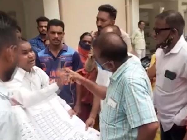 રહીશોનો આક્રોશ જોઇને પાલિકાના અધિકારીઓને ભાગવું પડ્યું. - Divya Bhaskar