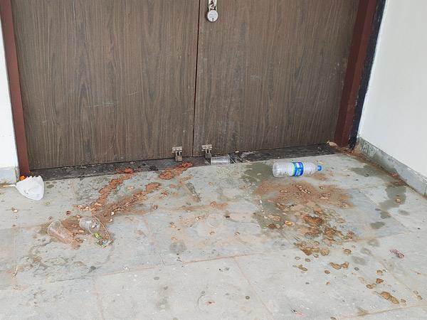 રાધનપુરમાં બે કરોડ રૂપિયાના ખર્ચે તૈયાર થયેલ કોમ્યુનિટી હોલની બારીના કાચ તોડી નાખ્યા, દારૂની મહેફિલો જામે છે. - Divya Bhaskar