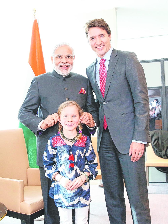 કેનેડાના પીએમ ટ્રુડો જ્યારે ભારત મુલાકાતે આવ્યા હતા ત્યારે તેમની દીકરી સાથે મસ્તી કરતા વડાપ્રધાન મોદી.