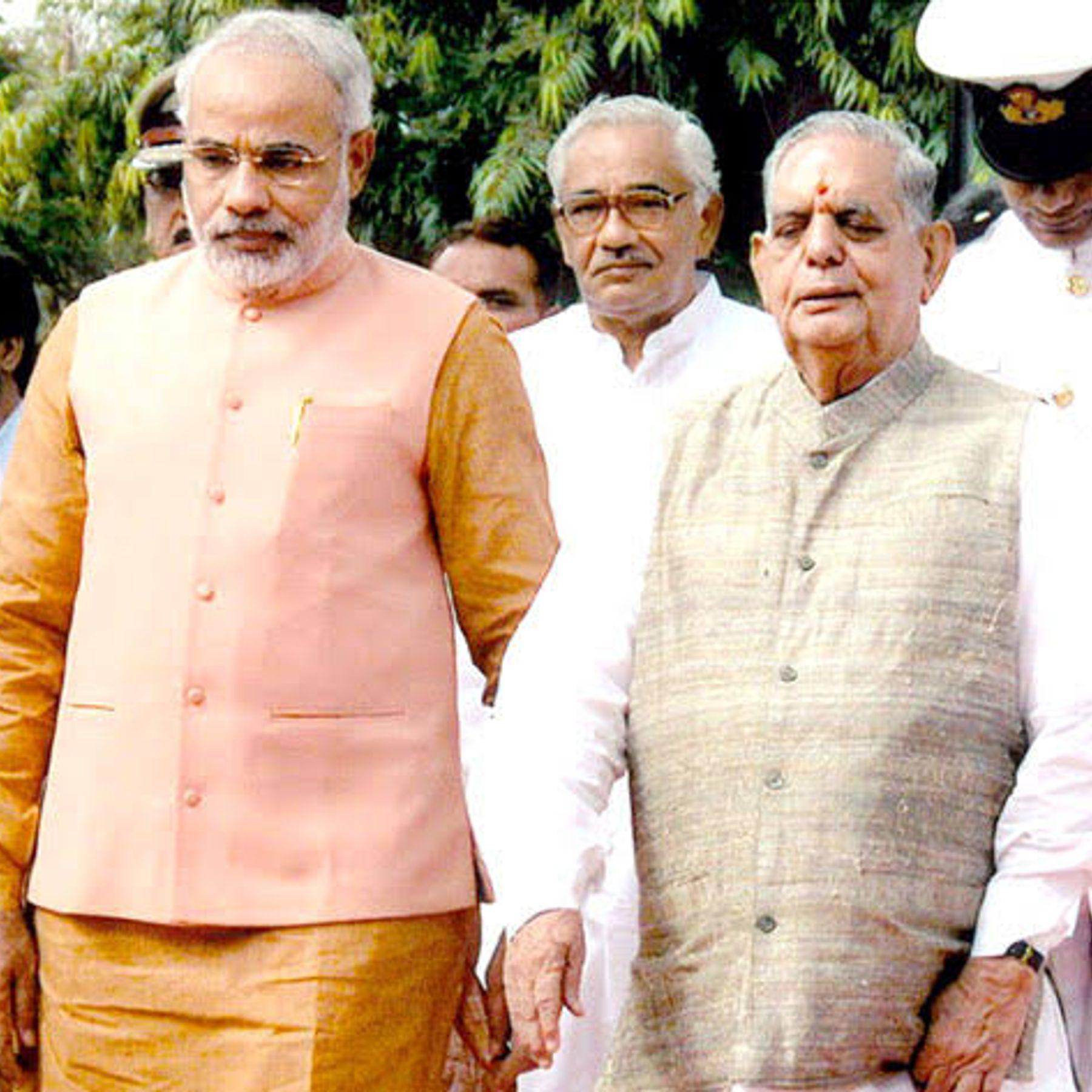 2007માં એ સમયના ગવર્નર નવલ કિશોર શર્માએ નરેન્દ્ર મોદીને બીજી વખત મુખ્યમંત્રી પદના શપથ અપાવ્યા હતા.