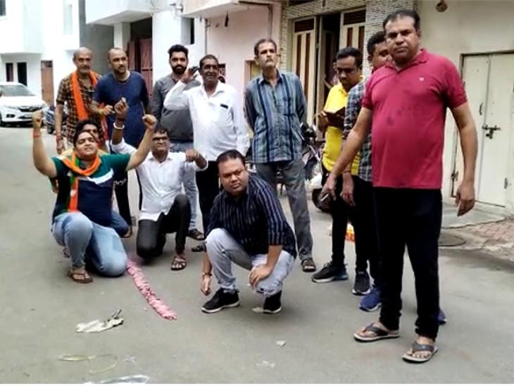 કાયર્કરોએ ફટાકડા ફોડી મીઠાઈઓ વહેંચીને શપથવિધિ પહેલા જ જીતનો જશ્ન મનાવ્યો - Divya Bhaskar