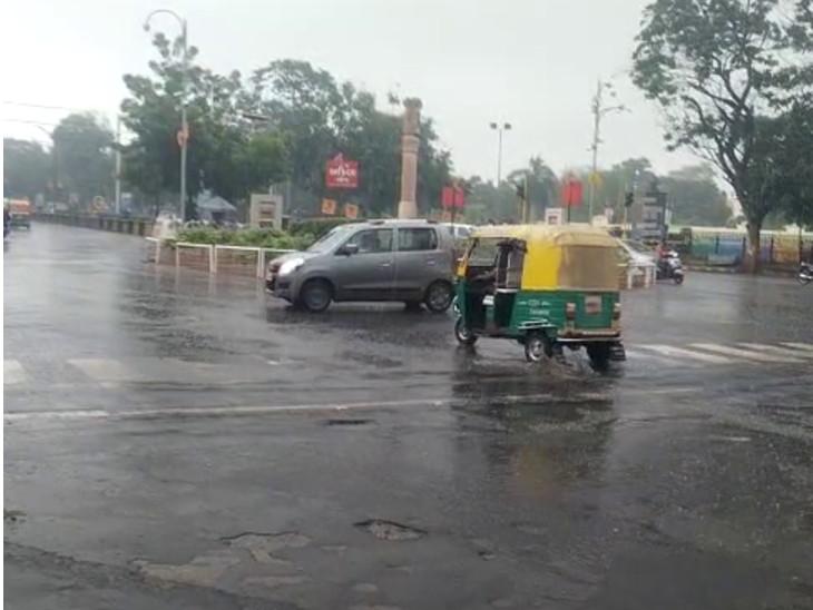 રાજકોટનાં 150 ફૂટ રિંગરોડ, કાલાવડ રોડ, મોરબી રોડ સહિતના વિસ્તારોમાં ધોધમાર 1 ઇંચ વરસાદ, આજી ડેમ ઓવરફ્લો થવામાં એક ફૂટ બાકી|રાજકોટ,Rajkot - Divya Bhaskar