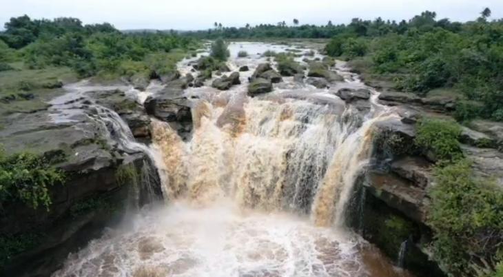 ઘોઘમાંથી ઘસમસતા વહેતા વરસાદી પાણીનો નજારો
