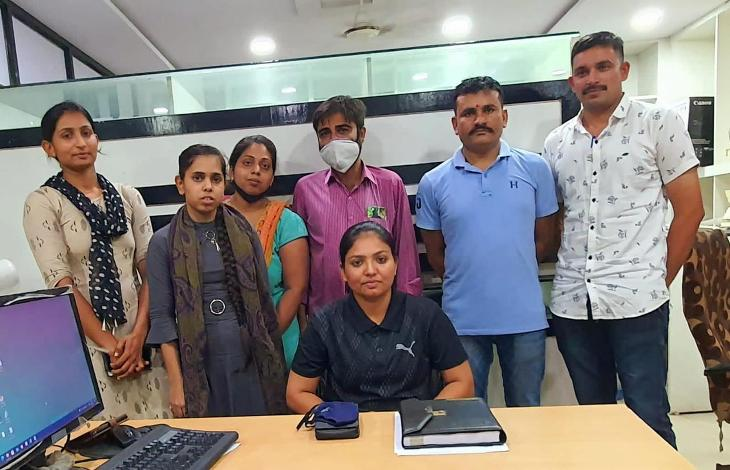 યુવતિનું પરીવાર સાથે મિલન કરાવતી પોલીસની SHE (મહિલા) ટીમ - Divya Bhaskar