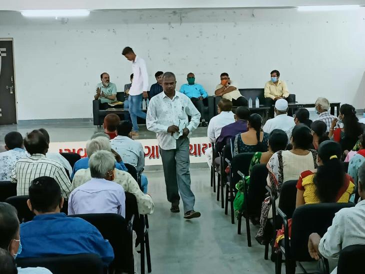 ગ્રામજનો અને કર્મચારીઓ સાથે અધિકારીઓની બેઠક. - Divya Bhaskar