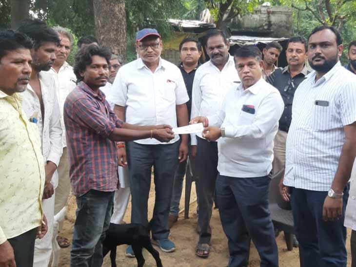 નાના જલુન્દ્રા અને સલકી ગામે વીજળી પડવાથી પશુધન ગુમાવનાર અસરગ્રસ્તોને ચેક અર્પણ કરાયો હતો. - Divya Bhaskar