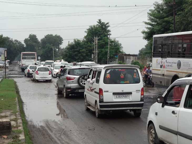 ઉબડખાબડ રસ્તાના કારણે મોટી સંખ્યામાં વાહનચાલકોને પરેશાની ભોગવવી પડે છે. - Divya Bhaskar