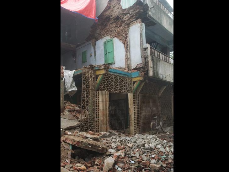 હાલોલમાં જર્જરિત મકાનનો ભાગ  પડી ગયો. - Divya Bhaskar