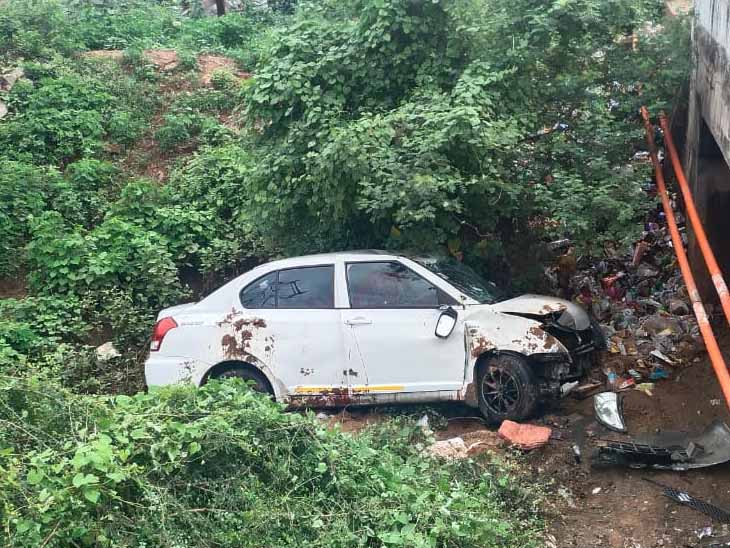 અધિક્ષક ઇજનેરની કાર 15 ફૂટ નીચે નાળામાં ખાબકી હતી. - Divya Bhaskar