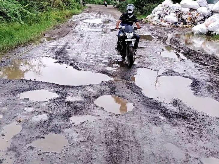 માધવનગર- હનુમાન પુરા રોડ પર ઠેરઠેર ખાડાને કારણે વાહનચાલકોને પડતી હાલાકી. - Divya Bhaskar