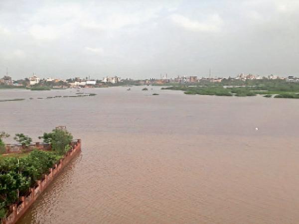 વરસાદી પાણીનો નિકાલ કરતી સેના ખાડી બે કાંઠે. - Divya Bhaskar