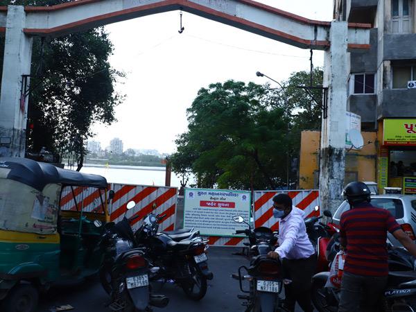 હાલ કોઝવે ઓવરફ્લો છે, ત્યારે તાપી નદીના તમામ ઓવારા પર જવાની મનાઈ ફરમાવતા બેનરો લગાડી બંધ કરાય હતા. - Divya Bhaskar