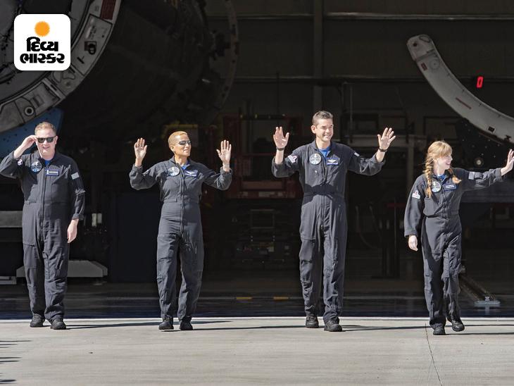 ફ્લોરિડાના કેનેડી સ્પેસ રિસર્ચ સેન્ટરમાં અભિવાદનનો જવાબ આપતા ક્રૂ. આ ચાર સામાન્ય લોકો અંતરિક્ષમાં ગયા છે.