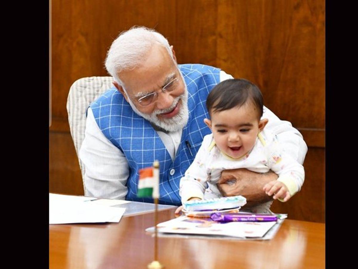 વડાપ્રધાનને બાળકો ખૂબ ગમે છે તેવો વારંવાર પુરાવો મળતો રહ્યો છે, PM ઓફિસની આ તસવીર છે.