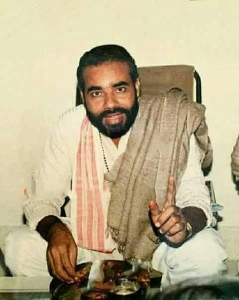 યુવાન નરેન્દ્ર મોદી RSSમાં પ્રાંતીય પ્રચારક લક્ષ્મણરાવ ઇનામદારના મદદનીશ બન્યા. લક્ષ્મણરાવ નરેન્દ્ર મોદીને માનસપુત્ર માનતા હતા, જ્યારે મોદી પણ તેમને તેમના સંરક્ષક માનતા હતા. મોદી 1972માં પ્રચારક બન્યા. એના પછી તેઓ ગુજરાતમાં ભ્રષ્ટાચાર સામે વિદ્યાર્થીઓના નવનિર્માણ આંદોલનમાં જોડાયા હતા.