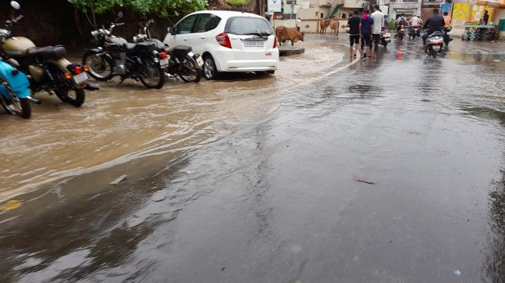 ભાવનગરમાં ભાદરવામાં અષાઢી માહોલ છવાયો, શહેરમાં પોણા ત્રણ ઈંચ વરસાદ ખાબકતા રસ્તાઓ પર પાણી વહેતા થયા|ભાવનગર,Bhavnagar - Divya Bhaskar