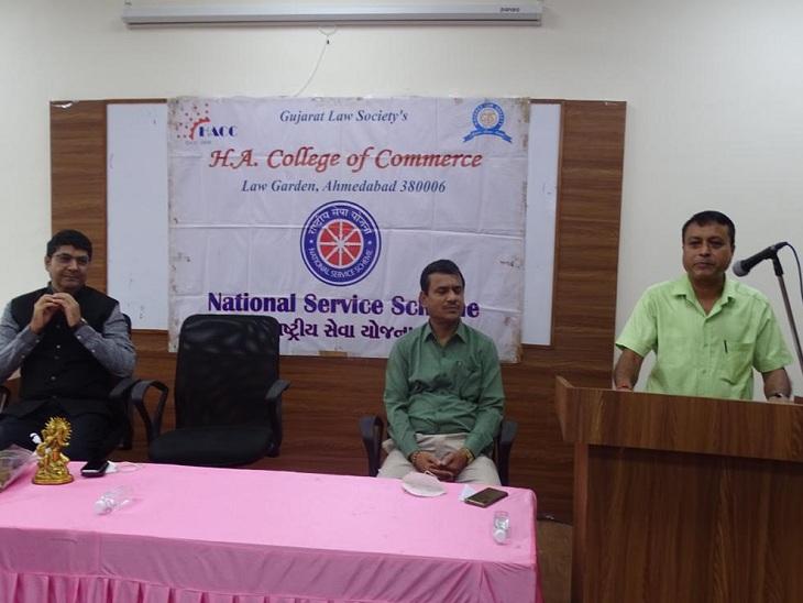 એચ.એ કોલેજમાં પ્રવચન આપતા ડૉ. અતુલ ગાંધી - Divya Bhaskar