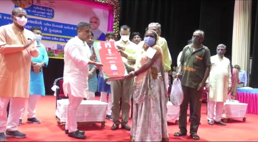 સુરેન્દ્રનગરમાં વડાપ્રધાન નરેન્દ્ર મોદીના જન્મદિને ટાઉનહોલ ખાતે 'ગરીબોની બેલી સરકાર' કાર્યક્રમ યોજવામાં આવ્યો - Divya Bhaskar